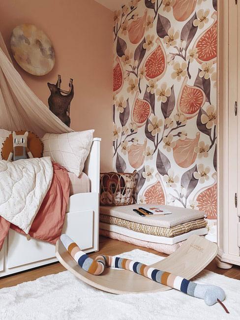 Pokój dla dziecka z tapetą w owoce granatu