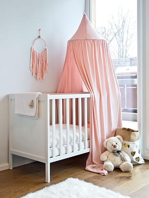 łóżeczko dla dziewczynki z różowym baldachimem