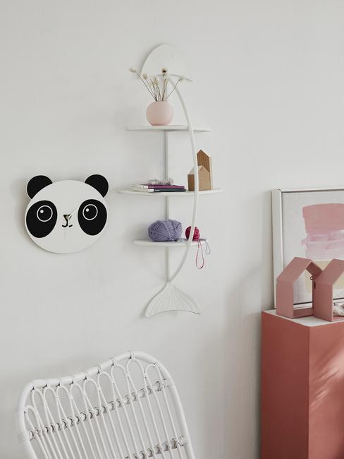 Zbliżenie na półkę w kształcie ryby, wieszak pandę w białym pokoju dziecięcym