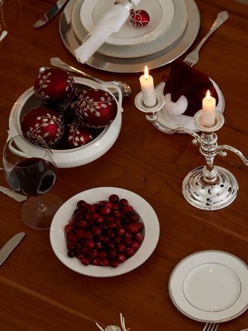 Zastawiony stół bożonarodzeniowy ze srebrnym świecznikiem, białą zastawą