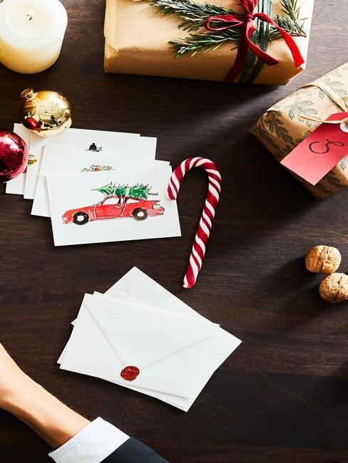 Kartki świąteczne oraz dekoracja na czarnym blacie biurka