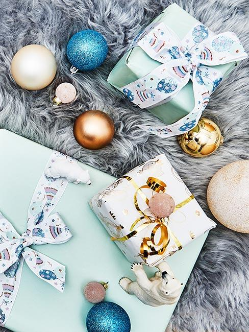 Prezenty świąteczne opakowane w błękitny papier