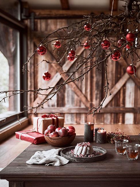 Babka świąteczna na drewnanym stole