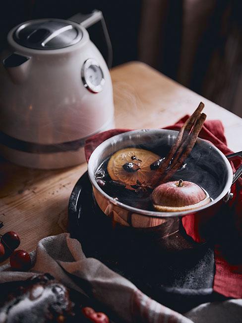 grzane wino z garnku z jabłkami i przyprawami