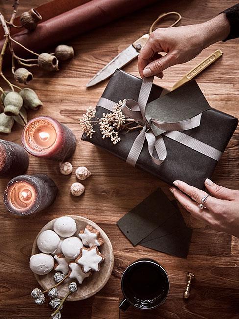 Prezent świąteczny zapakowany w ciemny papier