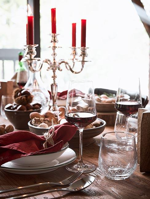 Stół wigilijny z czerwonym winem