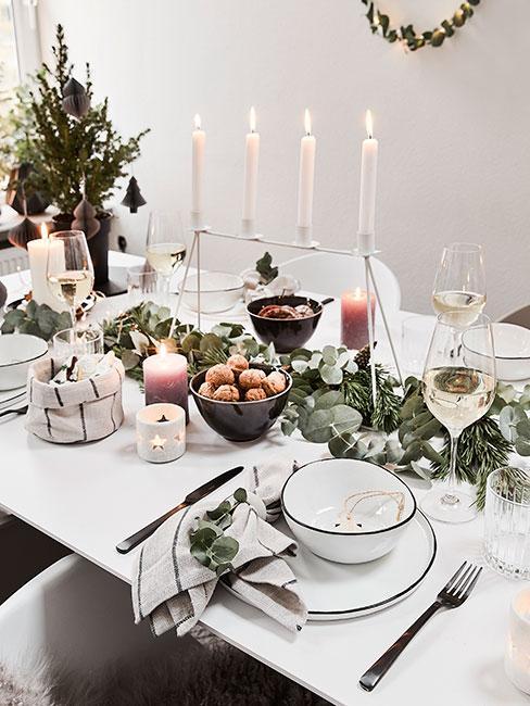 Stół wigilijny udekorowany gałązkami świerku