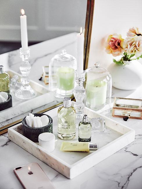 Kosmetyki na marmurowej tacy
