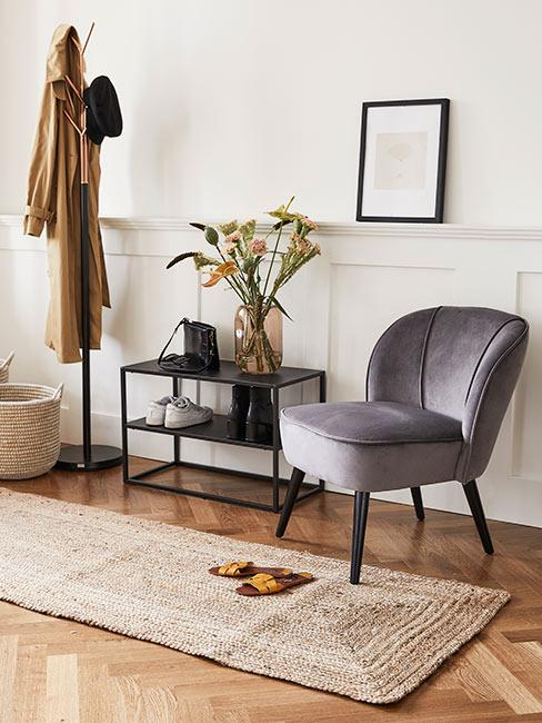 Korytarz z szarym tapicerowanym fotelem