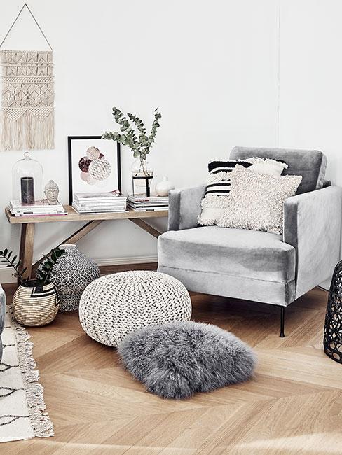 Fotel z aksamitu w salonie w stylu skandynawskim