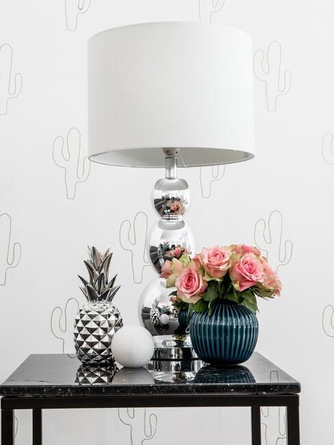 Lampa z białym abażurem w stylu glamour na czarnym stoliku