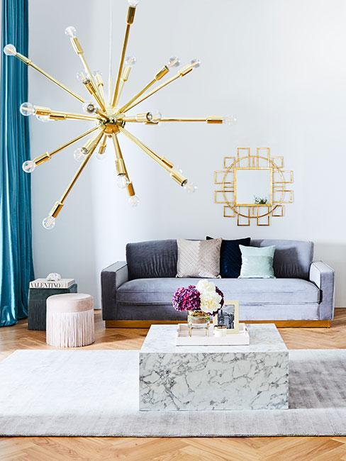 Salonw stylu glamour z niebieską sofą