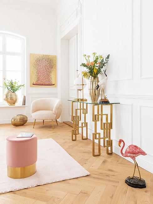 Salon w kamienicy z wysokim stropem z różowymi meblami i dekoracjami w stylu glamour
