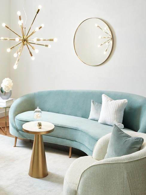 Turkusowa sofa nerka z aksamitu i złoty stolik