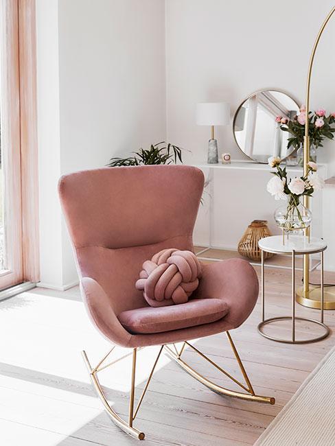 Różowy fotel z aksamity na płozach