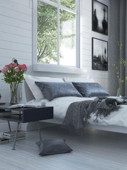 Klasyzcna sypialnia w stylu glamour z popielatym łóżkiem i szarą narzutą