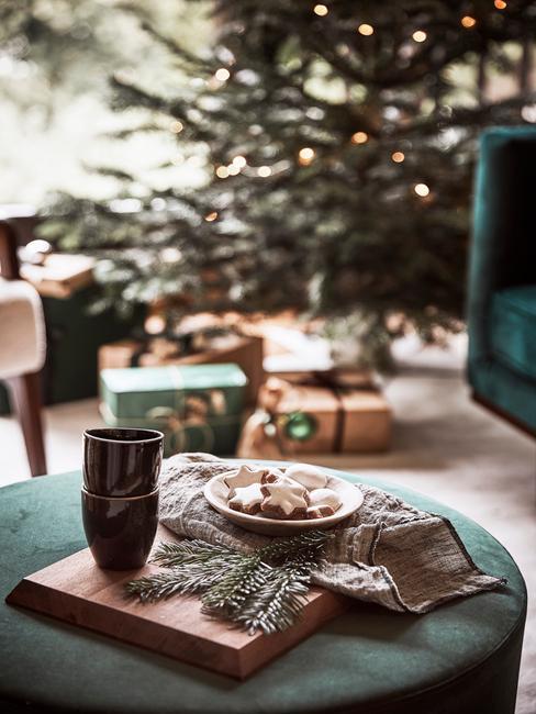 Zbliżenie na zielony puf w udekorowanym na święta salonie z tacą z ciasteczkami