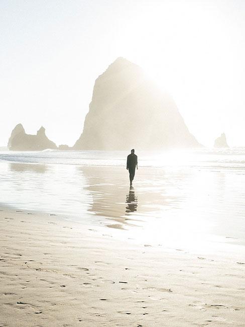 Osoba spacerująca po plaży