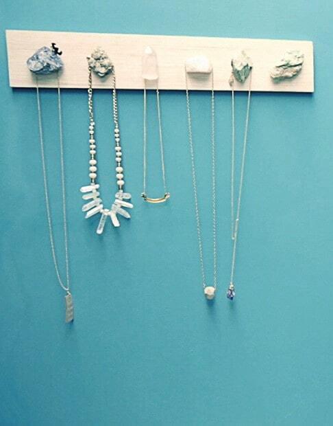 Drewniany, wieszak na biżuterię DIY na turkusowej ścianie