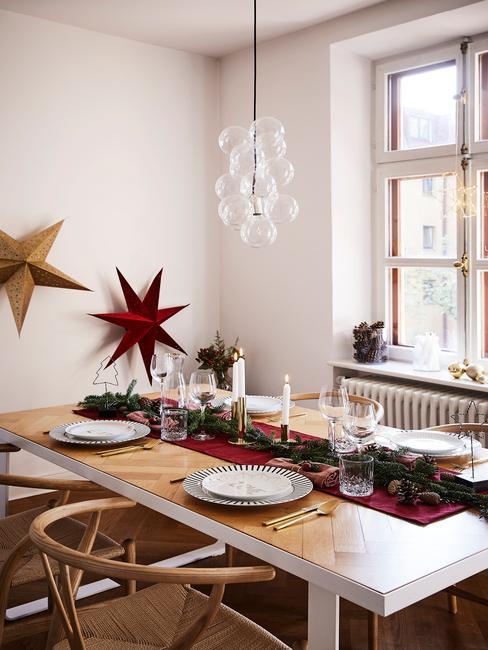 Drewniany stół z czerwonymi dekoracjami