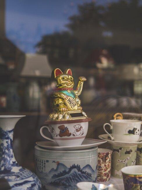 Kot Maneki Neko postawiony na wystawie sklepowej