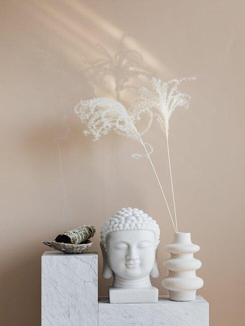 Japońskie symbole na te bezowej ściany, obok trawa pampasowa