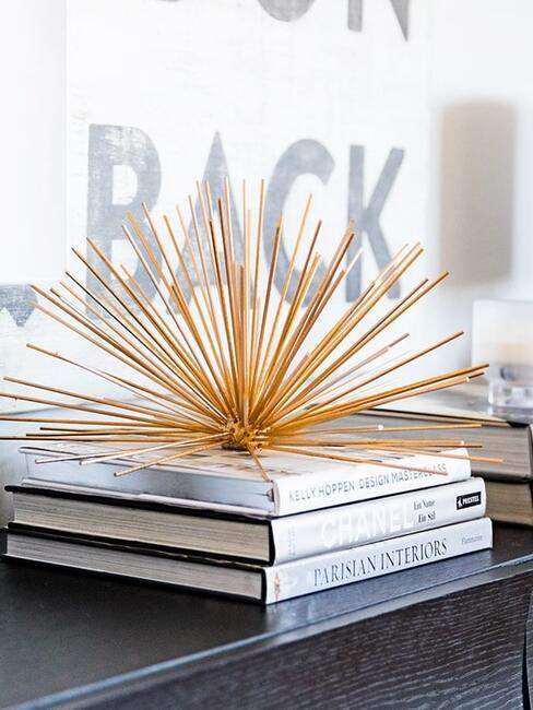 Złota dekoracja DIY na stosie książek