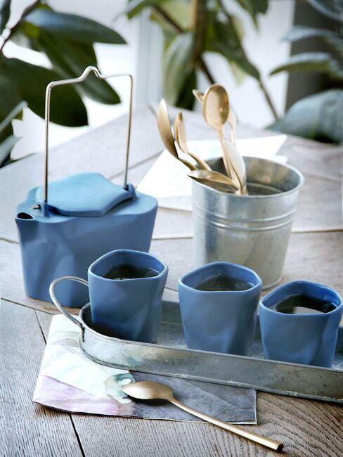 Niebieskie filiżanki i dzbanek z kolekcji Ćmielów Design Studio