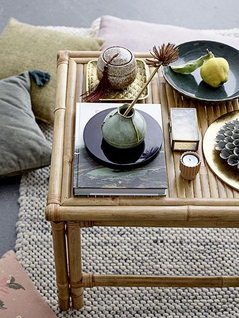 Bambusowy stolik z dekoracjami z kamionki