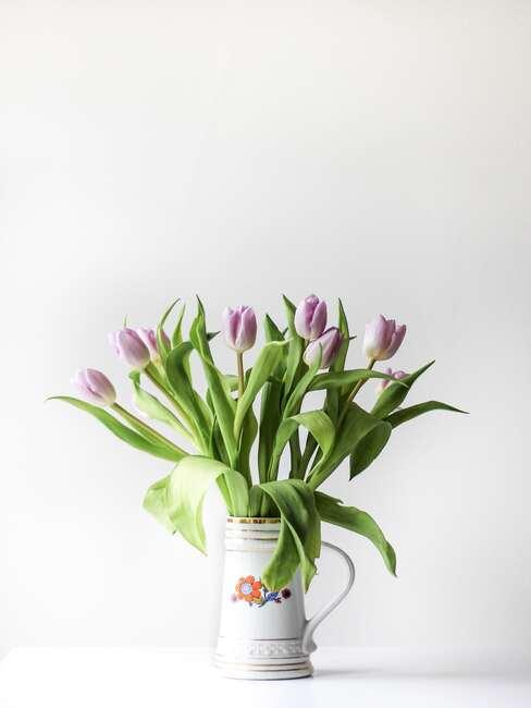 Fioletowe tulipany w wazonie w stylu prowansalskim