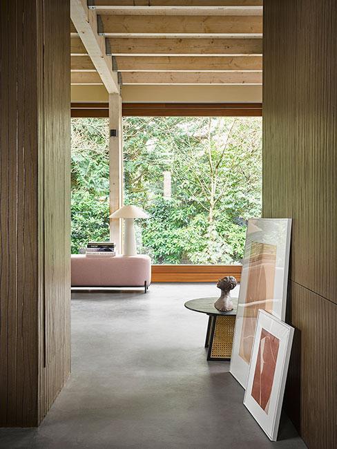 Nowoczesne drewniane wnętrze z dużymi oknami z widokiem na przyrodę