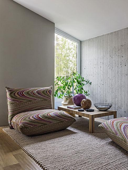 Wygodny nowoczesny fotel w minimalistycznym wnętrzu