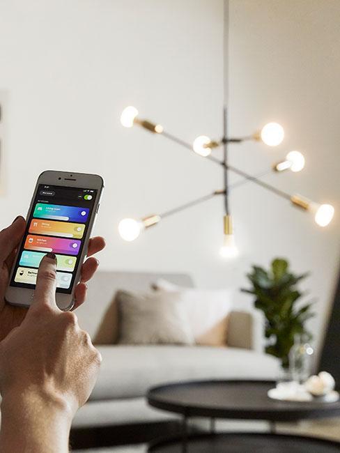 lampa w salonie podłączona do aplikacji na telefonie