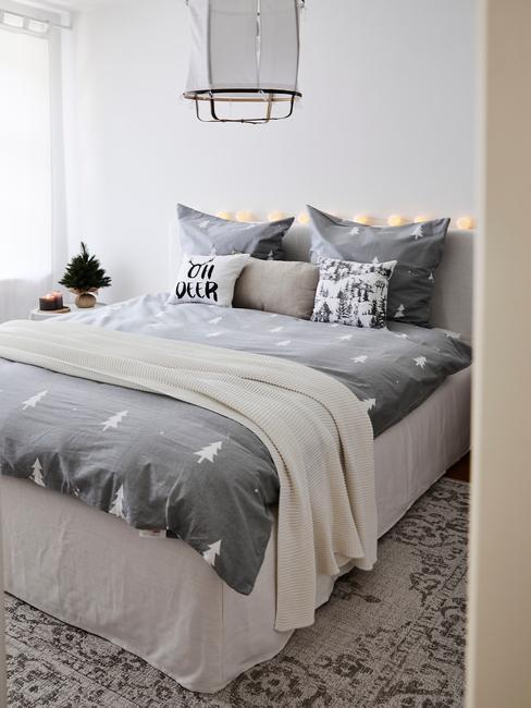 Niewielka przytulna sypialnia z świąteczną pościelą w choinki