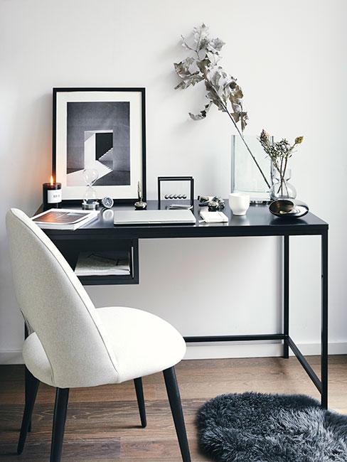 Kącik do pracy w bieli i czerni z aksamitnym krzesłem i srebrnymi dekoracjami