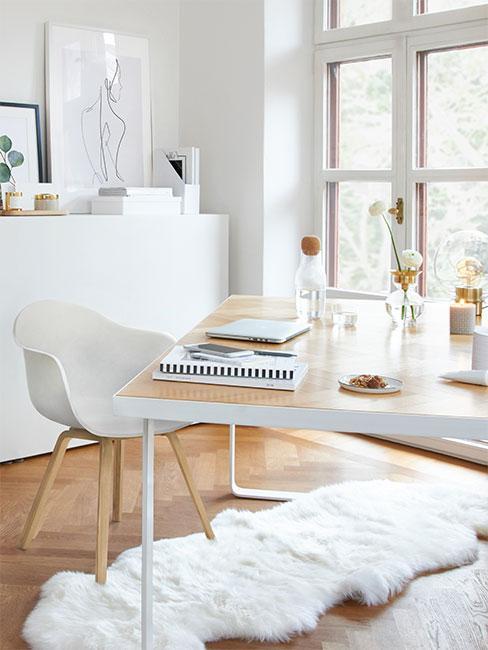 Jasne biuro domowe w stylu skandynawskim