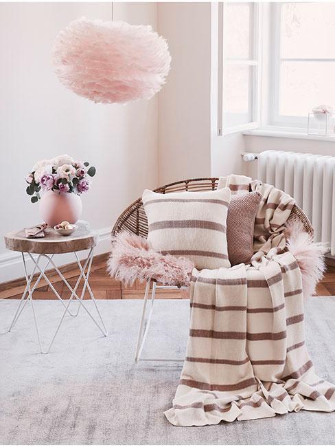 Fotel z różowym futerkiem i lampą z piór