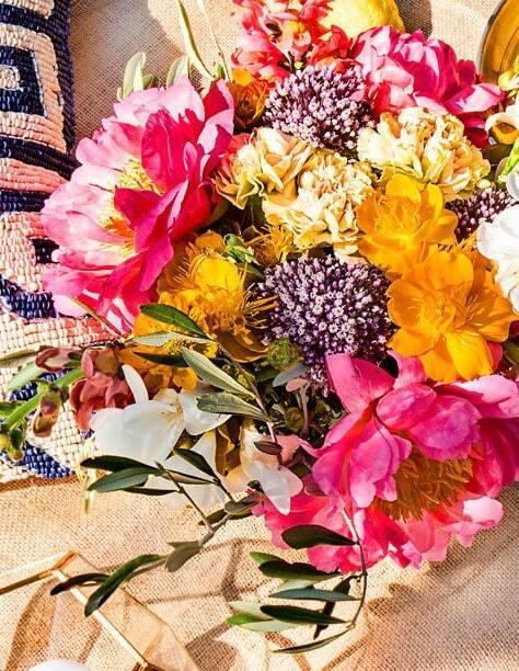 Kwiatowy bukiet w stylu boho z piwoniami, goździkami i frezjami