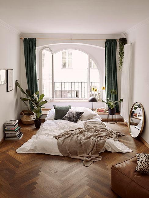 Mała sypialnia w kolorach ziemi z łóżkiem na podłodze