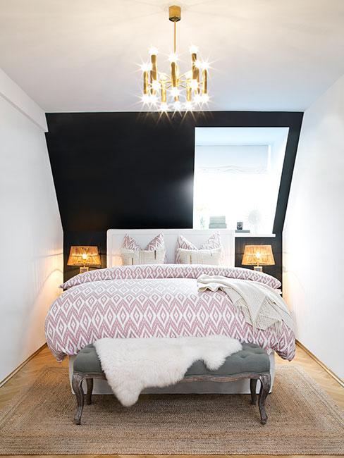 Mała sypialnia z dużym łóżkiem na poddaszu