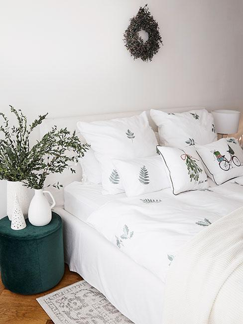 Sypialnia z świąteczną pościelą w zielone choinki