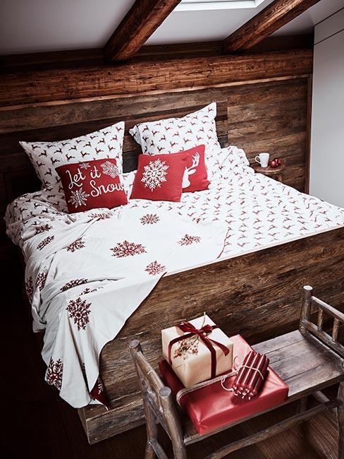 Sypialnia z świąteczną pościelą w czerwone gwiazdy w stylu rustykalnym