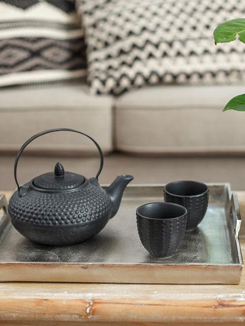 czarny japoński imbryk do herbaty na drewnianej tacy