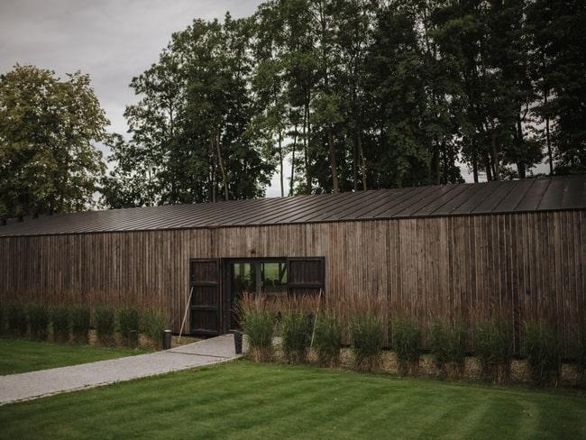 Drewniany budenek przestrzeni eventowej Między Deskami z zewnątrz
