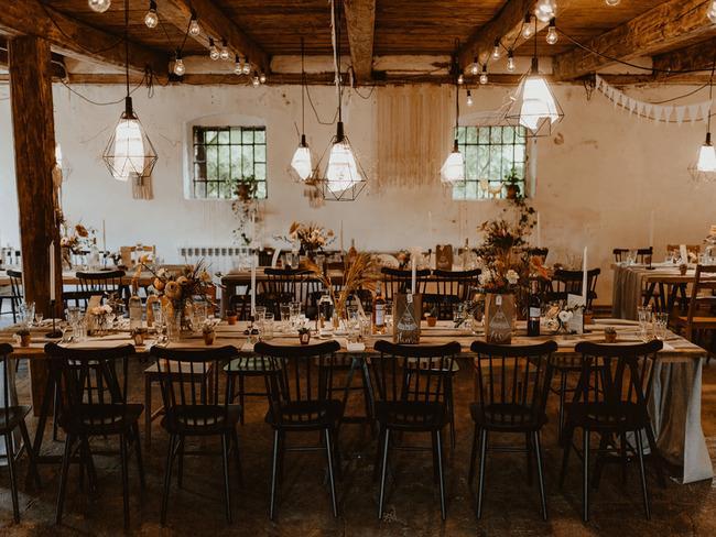 Sala z drewnianym stropem i stołami weselnymi w Kotulińskiego 6
