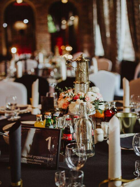 stół weselny z czarnym obrusem udekorowany w stylu industrialnym