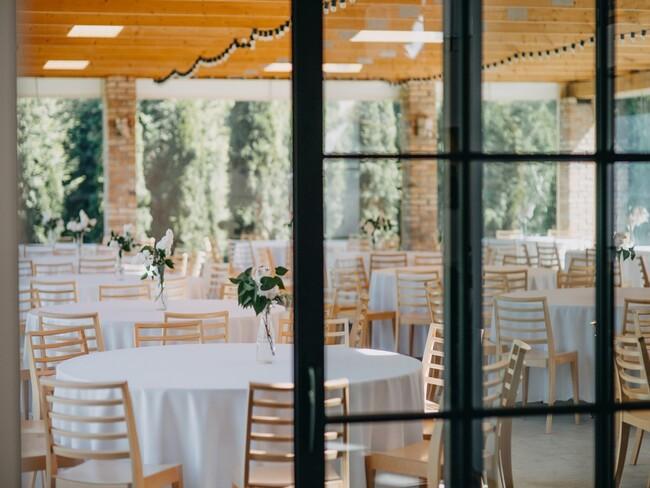 Widok na okrągłe stoły weselne w Przepitki & Przekąski