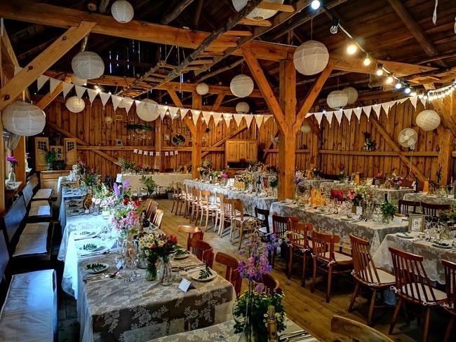 Drewniana przestrzeń sali weselnej w Osadzie Młyńskiej
