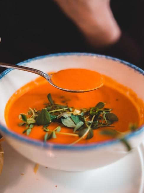 zupa pomidorowa w białej, ceramicznej misce