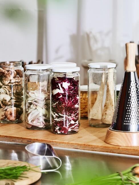 słoiczki z domowymi przetworami na blacie w kuchni